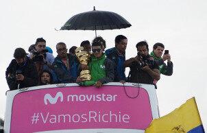 2019环意大利自行车赛总冠军卡拉帕斯在厄瓜多尔基多巡游庆祝夺冠