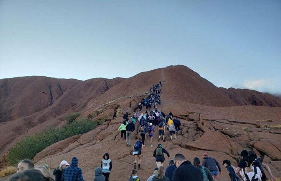 澳大利亚乌鲁鲁巨石明日起禁止攀登 数千游客 大批游客蜂拥登顶