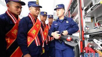 云南山里娃 当上消防员