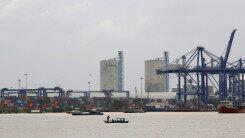 世界最大集装箱船在青岛港开启首航